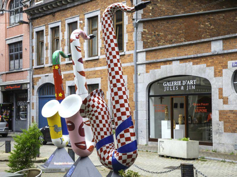 Gekleurde saxofoons in Dinant