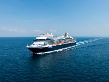 Cruiseschip De Nieuw Statendam op zee