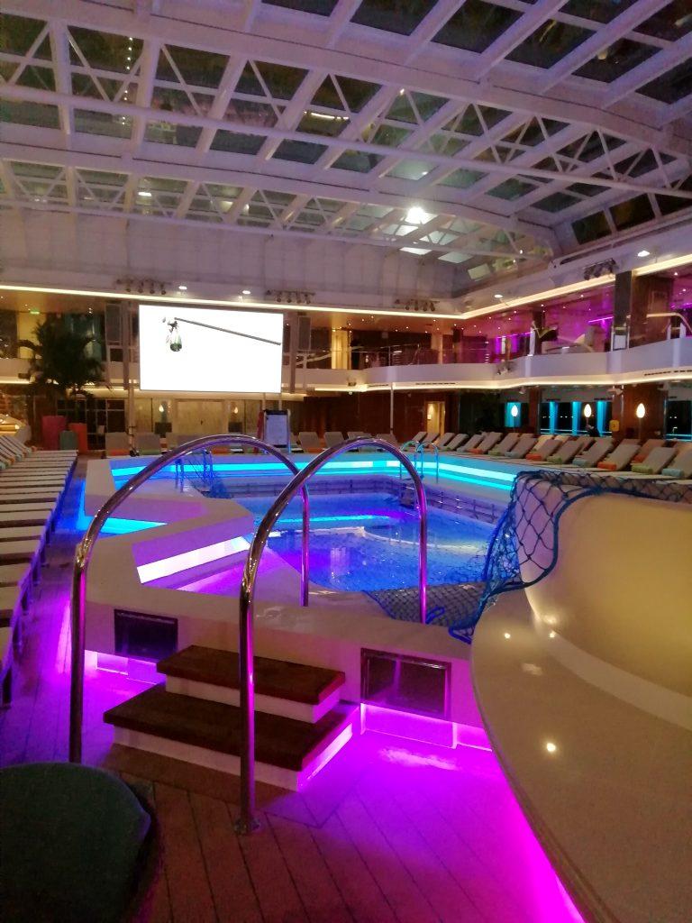 Binnenzwembad op het schip