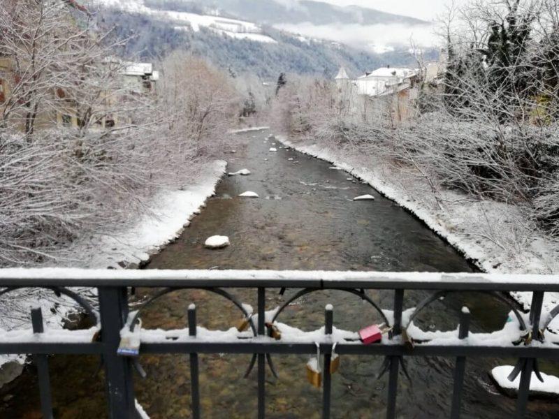 Brixen en de rivier in de winter